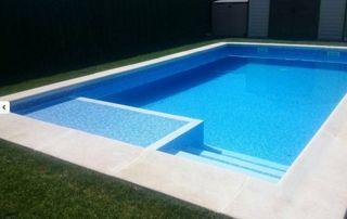 piscine extérieure avec margelle et escalier