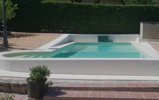 piscine avec rebord béton