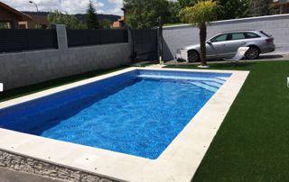 grande piscine extérieure dans le jardin