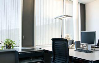stores verticaux dans bureau