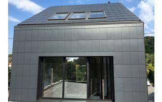 maison avec bardage ardoise et fenêtres de toit