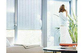 femme au téléphone devant baie vitrée