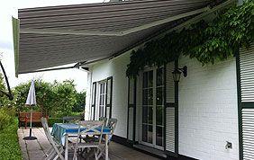 Terrasse munie d'une protection contre le soleil