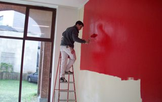 peinture rouge au rouleau