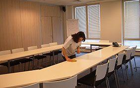 Nettoyage de tables de réunion
