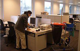 Professionnelle qui s'occupe du nettoyage de matériel informatique