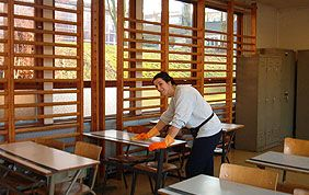 nettoyage de table d'école