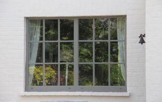 Fenêtres d'étage et châssis noirs