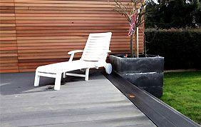 terrase en bois moderne et transat