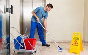 homme nettoyant des communs d'immeubles