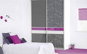 Armoire grise, mauve et blanche dans une chambre à coucher