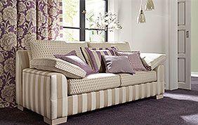 rideaux blancs à fleurs mauves avec canapé et coussins assortis