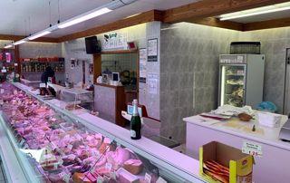 Étales avec des charcuteries et préparations à base de viande