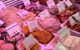Étale avec des charcuteries et préparations à base de viande