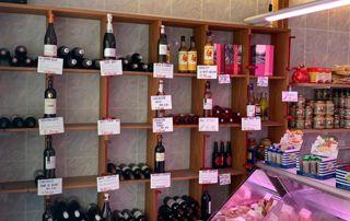 Étagère avec bouteilles de vin et apéritifs