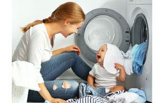 enfant et sa maman devant lave-linge