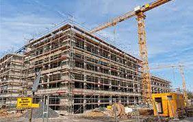 Grue et immeuble en travaux