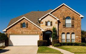 maison avec porte de garage blanche