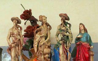 statues antiques colorées pour brocante