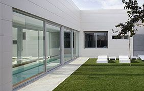 élégante villa avec baie vitrée donnant sur le jardin