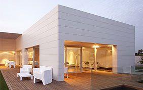 villa moderne avec terrasse en bois et véranda