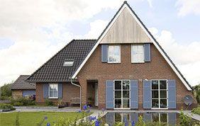 belle maison avec châssis peints en bleu