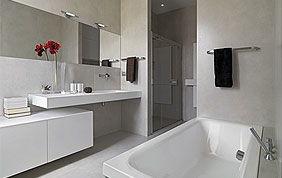 Salle de bain rénovée avec baignoire