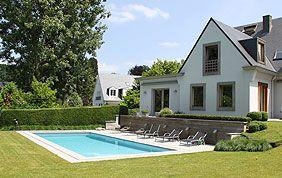 piscine extérieure et terrasse en pierre blanche