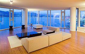 Séjour moderne et grandes baies vitrées