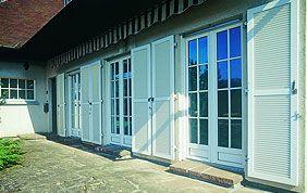 volets battants et portes-fenêtres blancs