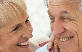 couple de personnes âgées souriantes