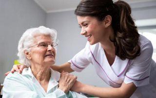 personne âgée avec infirmière