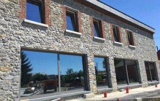 Façade maison en pierres renovée