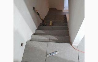 Escalier en pierres gris