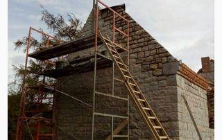Travaux de rénovation façade maison en pierres
