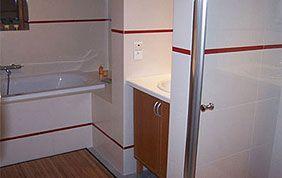 carrelage salle de bain rouge et blanc