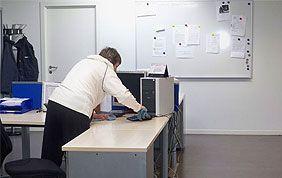 Professionnelle effectuant le nettoyage de bureau