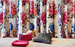 rideaux à fleurs et coussins