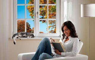 femme lisant devant fenêtre