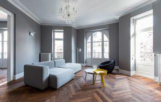 salon avec fenêtres en bois