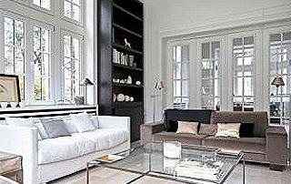 salon avec plancher et châssis en bois