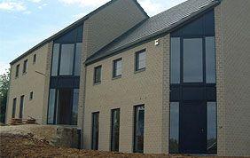 construction de maison avec nouveaux châssis de fenêtres
