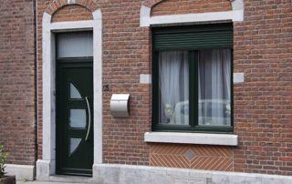 maison moderne avec menuiseries extérieures en PVC