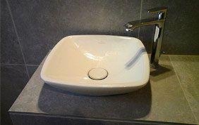 vasque blanche moderne sur plan de travail