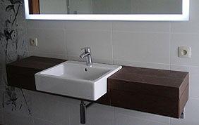 vasque carrée blanche sur un meuble en bois brun foncé