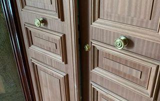porte en bois stylisée