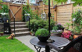 Terrasse dans petit jardin avec palissade en bois