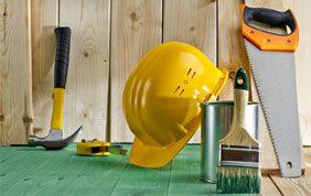 casque jaune d'ouvrier du bâtiment avec scie, marteau, pinceau...