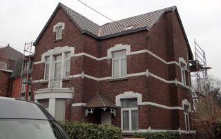 belle maison avec toit incliné