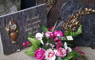 plaque tombale et fleurs